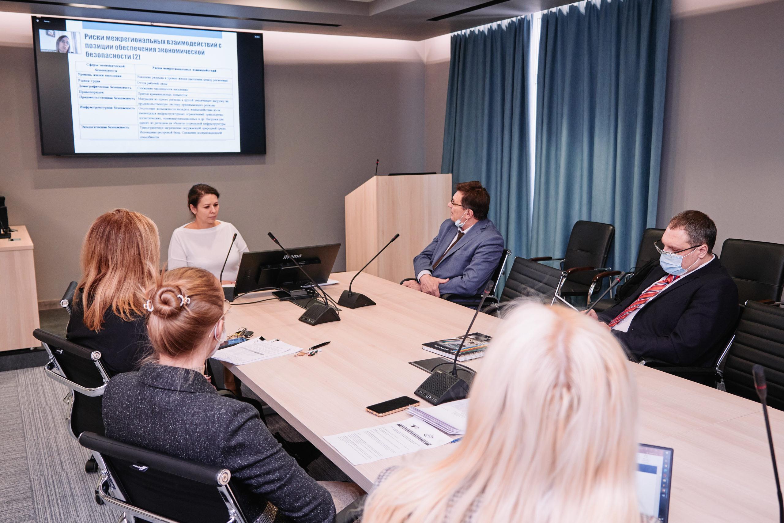 В Институте экономики УрО РАН в рамках VIII Профессорских чтений прошла Секция докторантов ИЭ УрО РАН и УРГЭУ